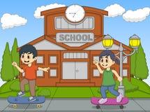 演奏冰鞋的小孩在他们的学校动画片前面上 免版税库存图片