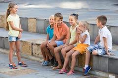 演奏凭动作猜字谜游戏的微笑的孩子户外 库存照片