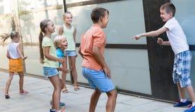 演奏凭动作猜字谜游戏的活跃孩子户外 免版税库存图片