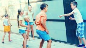 演奏凭动作猜字谜游戏的活跃孩子户外 免版税图库摄影