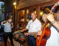演奏加勒比音乐的三位专业古巴三重奏音乐家 图库摄影