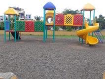 演奏区域的孩子在庭院里 免版税库存照片