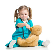 演奏医生和匙子提供的玩具熊ov的女孩 库存照片