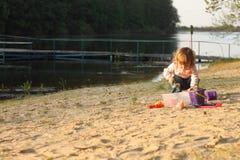 演奏单独沙子春天的女婴海滩穿衣 免版税库存图片