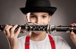 演奏单簧管的小女孩 免版税库存照片