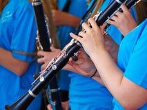 演奏单簧管的年轻音乐家 免版税库存图片