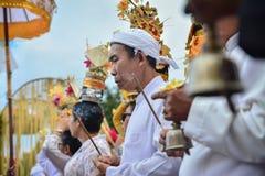 演奏印度仪式的Jro Mangku ` s Genta 免版税库存照片