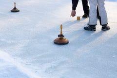演奏卷曲在一个冻湖,奥地利,欧洲的人们 免版税库存照片