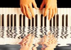 演奏反映的钢琴 免版税库存图片
