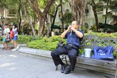 演奏口琴的街道音乐家 库存照片