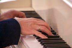 演奏古典钢琴音乐的钢琴演奏家手 免版税库存照片