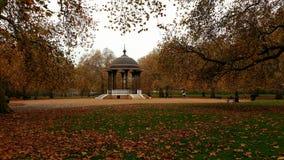 演奏台在Southwark公园,伦敦在秋天 免版税图库摄影