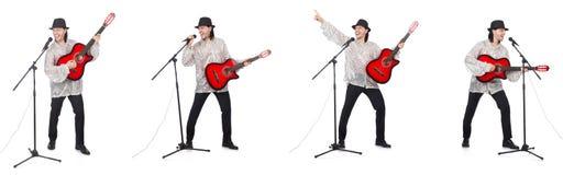 演奏吉他和唱歌的年轻人 库存照片