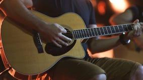 演奏吉他接近的人 音响,经典,木吉他 音乐家戏剧 股票录像