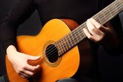 演奏吉他经典之作的手 免版税库存图片