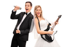 演奏吉他和新郎唱歌的新娘 免版税库存照片