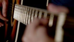 演奏吉他接近的人 库存照片