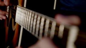 演奏吉他接近的人 免版税图库摄影