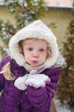 演奏吹的雪的孩子 免版税图库摄影