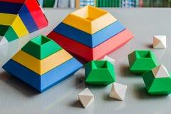 演奏和学会解答的孩子 脑子玩具 库存图片