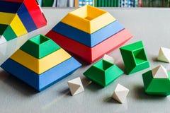 演奏和学会解答的孩子 脑子玩具 免版税库存图片
