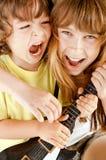 演奏唱歌的吉他孩子 免版税库存图片