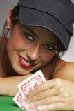 演奏啤牌表妇女 免版税库存图片