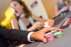 演奏啤牌赌博娱乐场的优胜者球员 库存图片