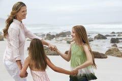 演奏圆环的妇女在玫瑰色附近与女儿 库存图片
