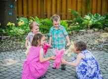 演奏圆环的孩子在Rosie比赛附近 免版税库存图片
