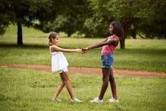 演奏圆环的孩子在rosie附近在公园 免版税图库摄影