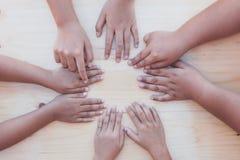 演奏圈子的儿童小孩指向手指比赛 库存图片