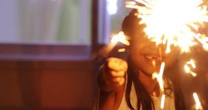 演奏圣诞节闪烁发光物的无牙的小女孩 股票视频