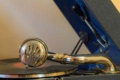 演奏在一台老留声机的纪录 免版税图库摄影