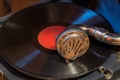 演奏在一台老留声机的纪录 库存照片