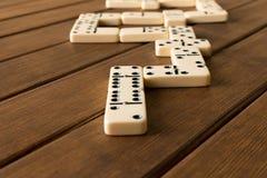 演奏在一张木桌上的多米诺 多米诺ga的概念 库存照片