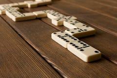 演奏在一张木桌上的多米诺 多米诺ga的概念 免版税库存图片