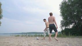 演奏在人朋友之间的两个少年足球比赛获得一个乐趣一起花费活跃的时间户外 股票视频
