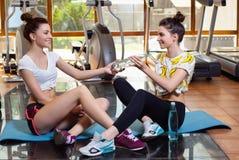 演奏在健身房的体育的两孪生 免版税库存照片