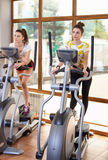 演奏在健身房的体育的两孪生 免版税库存图片