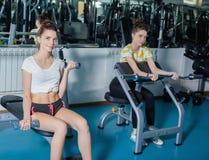 演奏在健身房的体育的两孪生 免版税图库摄影