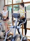 演奏在健身房的体育的两孪生 库存照片