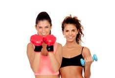 演奏在健身房的女孩夫妇体育 免版税库存图片