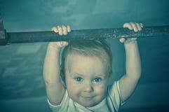 演奏在健身房的小坚强的小小孩体育 在他的锻炼期间的孩子 成功和优胜者概念 定调子foto 免版税库存图片