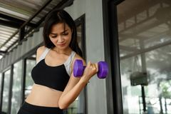 演奏在健身的亚裔妇女哑铃 库存照片