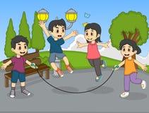 演奏在公园动画片的孩子跳绳 免版税库存照片