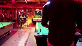 演奏在台球的人们台球在芭达亚,泰国棍打 股票录像