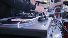 演奏在唱片球员的DJ音乐 DJ党股票futage 影视素材