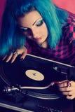 演奏在唱片的女性DJ音乐 免版税库存图片