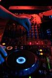 演奏在夜总会党的DJ音乐 在dar的转盘设备 库存图片